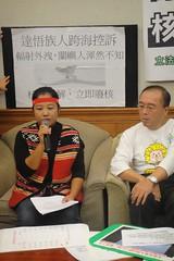 希婻‧瑪飛洑(左)批判台電以核廢料補助金等措施綁架人民,輕易取代了本應由國家負責照顧人民的福利政策。(台灣輻射安全促進會提供)