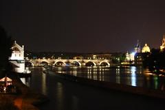 Puente de Carlos (Karlův most) por la noche.