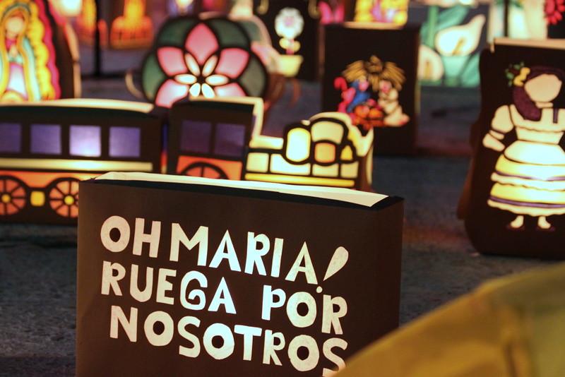 Imagen de faroles con mensajes religiosos en el alumbrado de Quimbaya