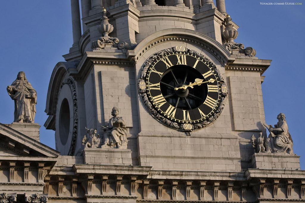 L'horloge de la façade de la Cathédrale Saint Paul de Londres, entourée de statues.