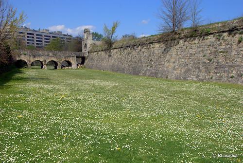 Baluarte de Santa María y fosos que rodean el recinto amurallado de la Ciudadela