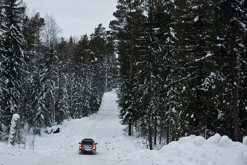 После села Вертикос зимник проходит вдоль русла Оби из-за ветров и снегопадов в этом месте образовались переметы...