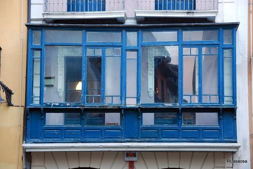 Mirador de madera en un edificio de viviendas en la Plaza del Castillo