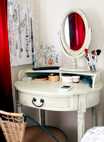 DIY Vanity Tables http://nummynums.wordpress.com/2012/01/08/dressing-table-diy-makeup-board/