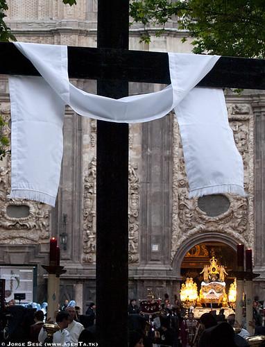 Gran Cruz con la Sábana Santa de la Hermandad de la Sangre de Cristo