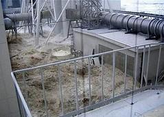 海嘯淹沒東京電力福島第一核電廠的4號機組,使得冷卻核燃料的電力中斷。這座核電廠的6個反應爐中有3個發生融毀,2011年3月11日。(東京電力公司提供)
