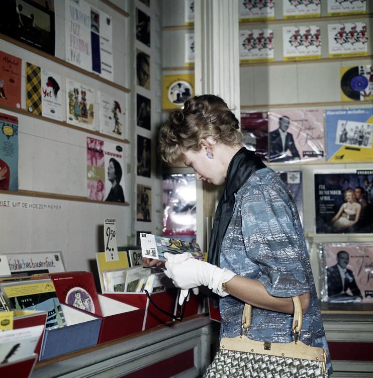 Vrouw in platenzaak / Woman in record shop