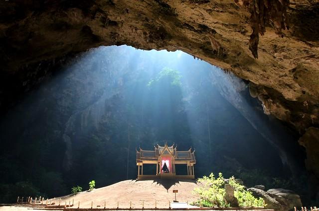 神秘的な光が降り注ぐ王族に愛されたタイの秘境「クーハーカルハート宮殿」