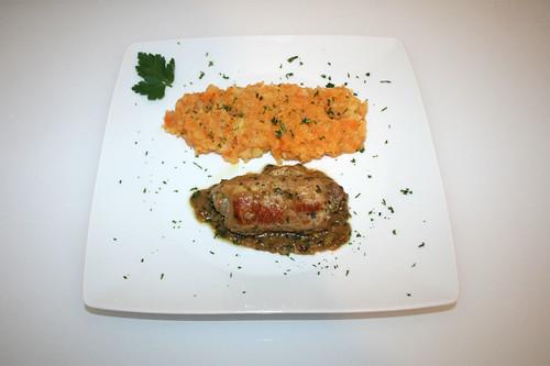 47 - Schnitzelröllchen mit Bärlauch-Frischkäse-Füllung - Serviert / Pork cutlet rolls stuffed with wild garlic and cream cheese - Served