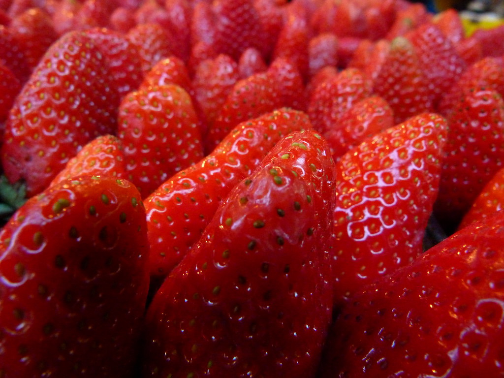 16-12-2011-strawberries-shuk-hacarmel