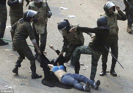 11l18 Mujer golpeada en El Cairo plaza Tahrir Foto Reuters