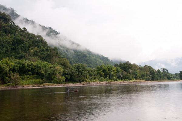 Fotografia del rio con la montaña al fondo