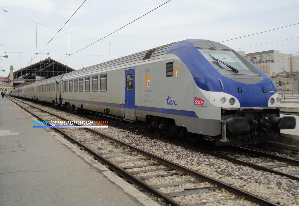 Une voiture-pilote Corail B5uxh en téte d'un train TER