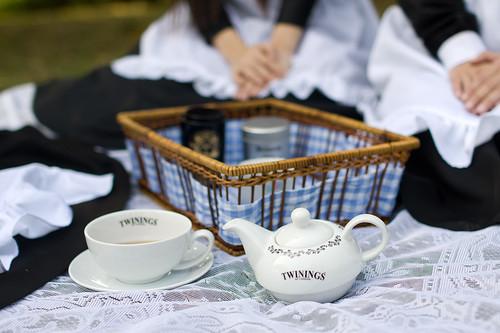 攤開桌布, 坐在草地上開女僕茶會吧~