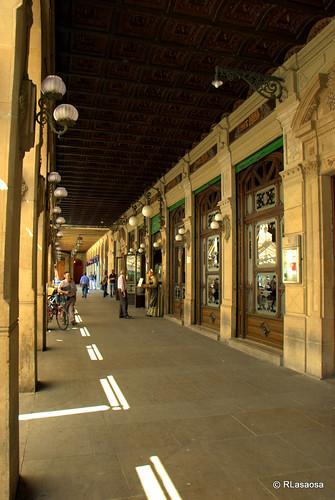 """Galería porticada en la Plaza del Castillo donde se encuentra el famoso """"Café Iruña""""."""