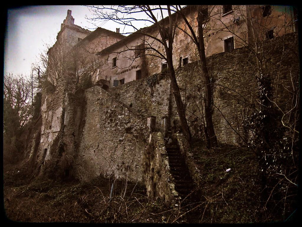 Castello di Zena - scala sul retro