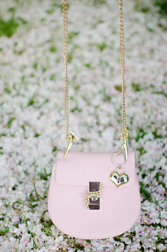 Cómo combinar un vestido de rayas rosas y blancas