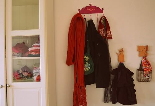 Die Garderobe hinter der Tür, hängt noch etwas schief, aber immerhin hängt sie!