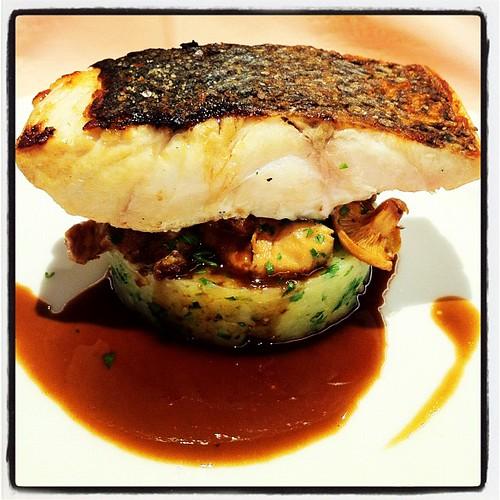 Llobarro amb patata al 'mortero', bolets i salsa de vi del Priorat. Plat cuinat per Toni Gordillo del restaurant El Hogar Gallego (Calella, Maresme). #cuina #gastronomia #peix  #elhogargallego #tonigordillo #maresme #calella