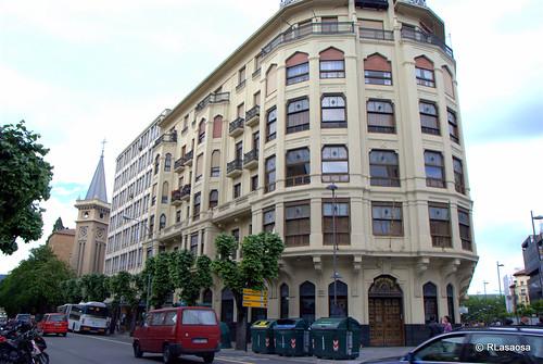 """Edificio de oficinas en la Avenida de San Ignacio, conocido popularmente como """"La Vasco"""", por haber sido sede de la compañía de seguros """"La Vasco Navarra"""".  <a href=""""http://www.callesdepamplona.es/"""" rel=""""nofollow"""">Pamplona calle a calle</a> Un blog sobre Pamplona y sus calles, avenidas, plazas, parques, ..."""