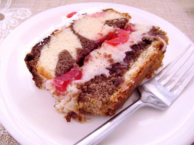 Bolo de chocolate, coco e cerejas