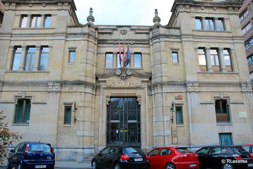 Vista de la fachada del edificio de Correos y Telégrafos en el Paseo de Sarasate, obra del 1921 del arquitecto Joaquín Pla.