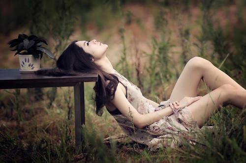 [フリー画像素材] 人物, 女性 - アジア, 人物 - 見上げる, 人物 - 草原, 中国人 ID:201205092200