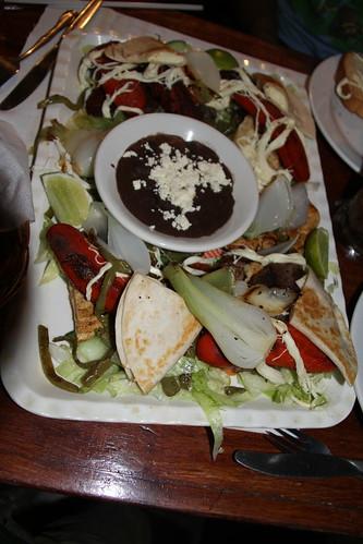 parrillada (bisteq, salcicha, pollo, chorizo) y quesadillas