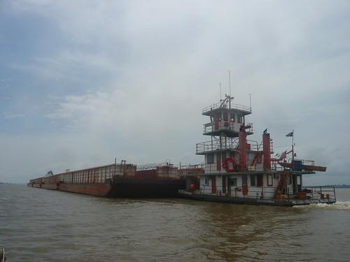 Balsa de minério subindo o Rio Tocantins.