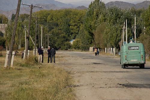 Coche soviético en la carretera del Kirguizstan