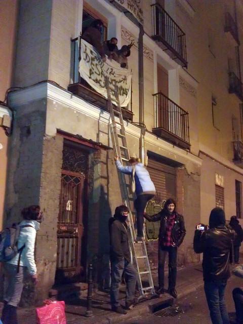 Gente sin casa empieza a subir al inmueble ocupado. #trespeces