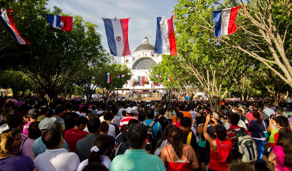 Vista de la Basílica, momentos antes de que termine la misa principal, los feligreses levantaban sus palmas y pañuelos y entonaban cánticos a la Virgen. (Tetsu Espósito)