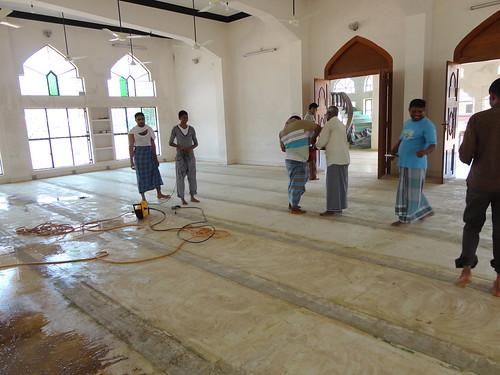 تنظيف أرضية المسجد