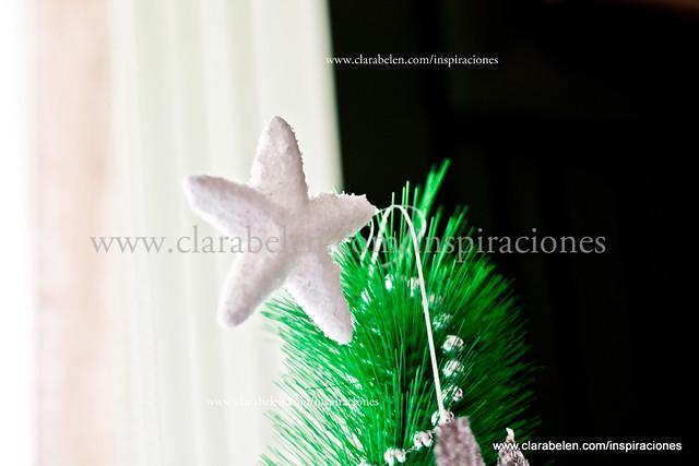 Manualidades y decoración de un árbol de Navidad color plata y blanco