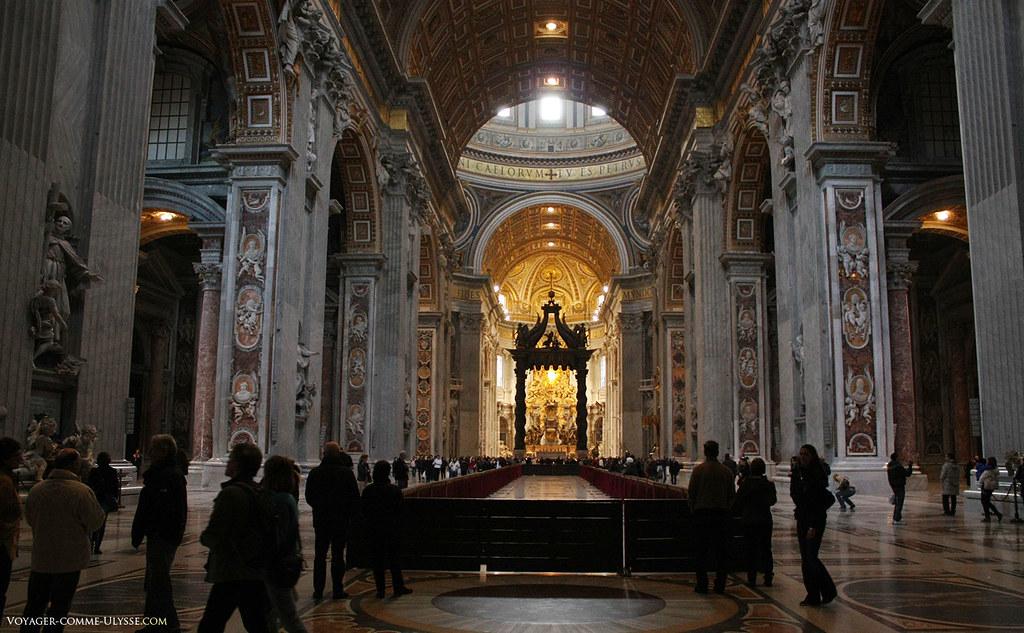 A nave dá-nos uma boa ideia das extensas proporções da igreja. Os querubins que decoram as paredes e os pilares da basílica são de dois metros de altura!