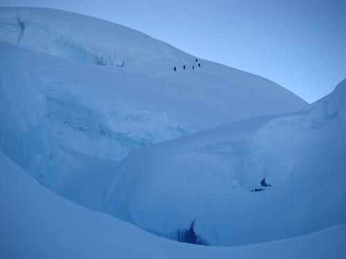 La parte alta de la ruta con un traverso a la derecha y una pendiente de 45° grados a la cumbre