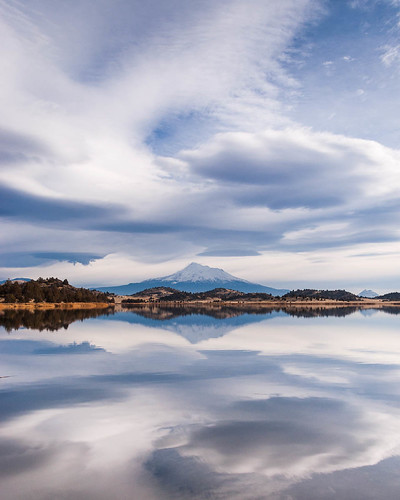 california ca cloud reflection water mountshasta lenticular troutlake montague shastavalley lavalakeswildlifepreserve