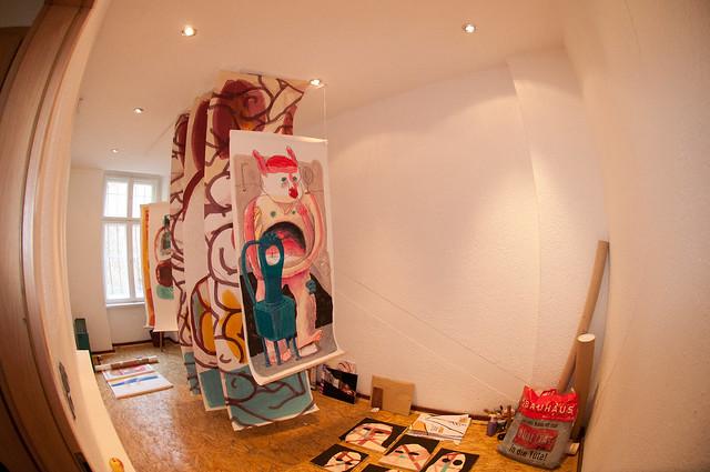 Hängung in der Galerie idrawalot zur Ausstellung Johannes Mundinger - Foto: Adrian Buendia