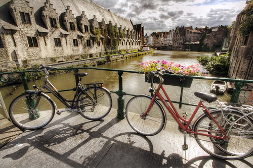 Bicycles and canal. Gent. Bicicletas y canal. Gante