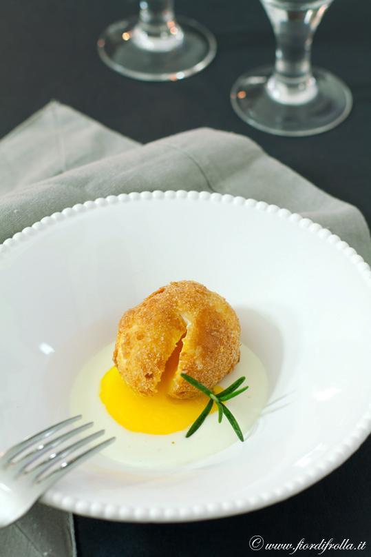 Uovo fritto (dal cuore liquido) su fonduta di parmigiano