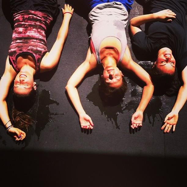 Alba, Gülcan y Leo descansando