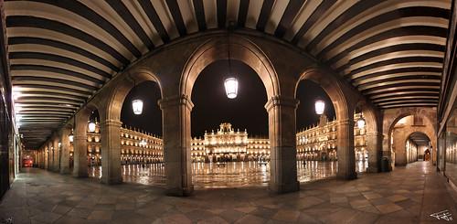 Panorámica de la plaza mayor de Salamanca bajo los soportales