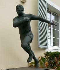 Mont-de-Marsan, Landes: une figure très montoise, André Boniface devant la Direction Départementale Jeunesse Sports des Landes, sculpture d'Alexandre Sanchez de Brocas, Landes.