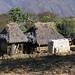 Thatched buildings - Construciones rurales con techo de pasto y esquilmos de maíz; cerca de Santa María Yolotepec (al sur de Chalcatongo, Región Mixteca), Oaxaca, Mexico por Lon&Queta