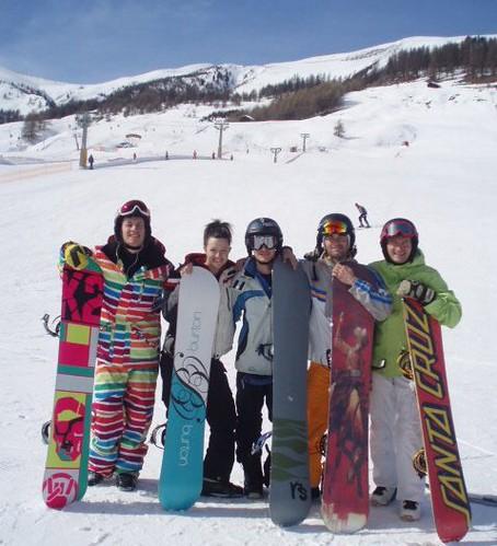 Gli sposi Leonardo e Federica in una foto di gruppo con altri loro amici con snowboard