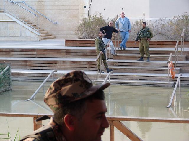 Escena en el río Jordán (Jordania y a la vista Israel)