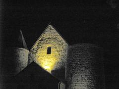 La Bouteille (église fortifiée) les 2 tours Est de nuit 1