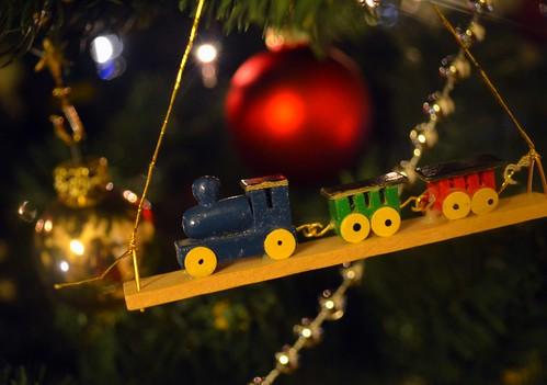 So ein Weihnachtsbaum verzaubert immer, mit den vielen Lichtern glänzenden Kugeln und vielen kleinen Accessoires aus Kindertagen.
