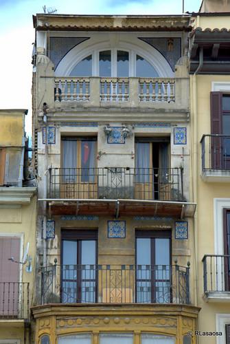 Fachada de un edificio de viviendas en la Plaza del Castillo
