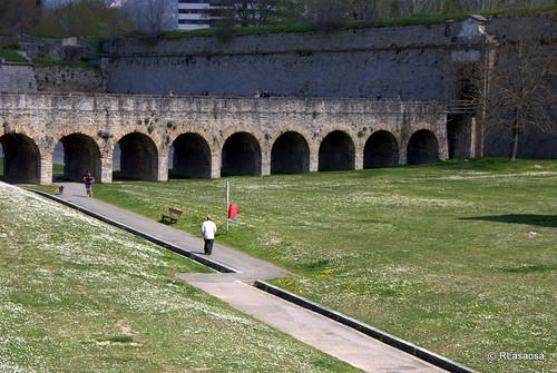 Fosos que rodean el recinto amurallado de la Ciudadela y la Puerta del Socorro